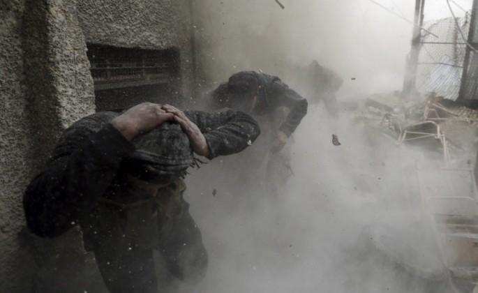 dei-ribelli-cercano-riparo-durante-un-esplosioneorig_main