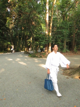 Going to the Shinto Meiji Jingu shrine 明治神宮 located in the outskirts of Tokyo.